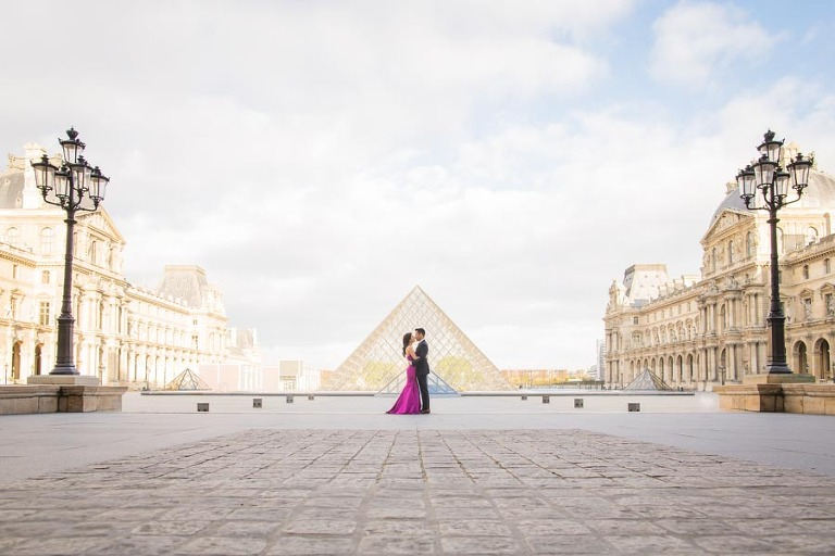 Engagement photoshoot at Louvre in Paris - widen angle picture