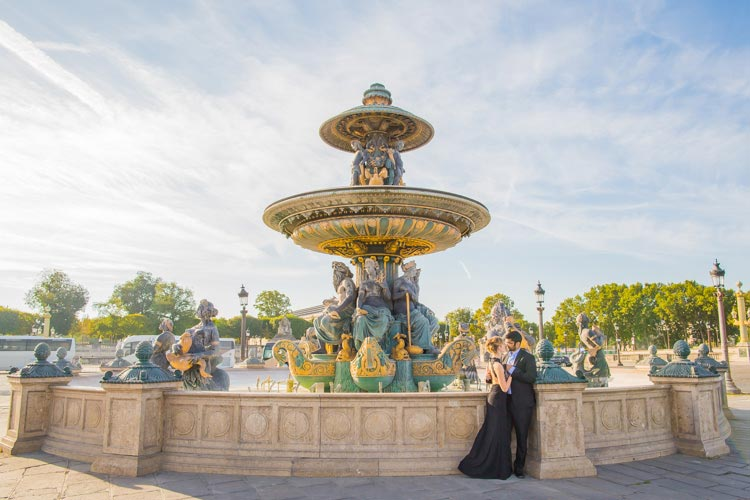 couple photoshoot paris fountain