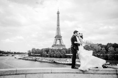 paris couple eiffel tower black-white