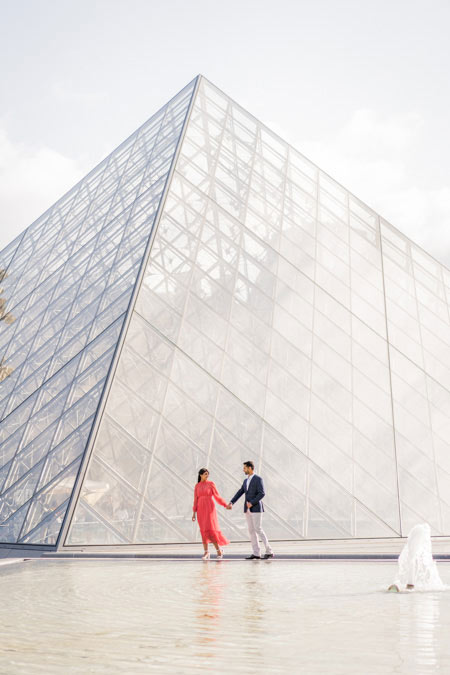 Couple photo session at Louvre pyramid in Paris
