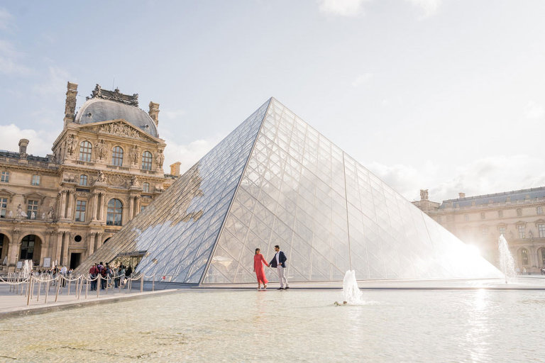 Couple photo session at Louvre pyramid