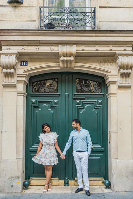 Couple photo session in front of Paris door